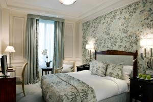 A bed or beds in a room at Hôtel San Régis