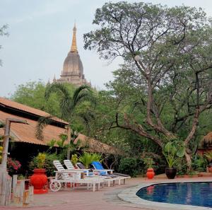 Der Swimmingpool an oder in der Nähe von Bagan Hotel River View