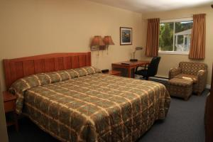 A bed or beds in a room at Alpine Motor Inn