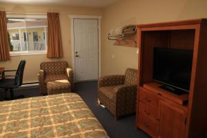 A television and/or entertainment center at Alpine Motor Inn
