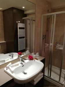 A bathroom at Wall Art Hotel & Residence