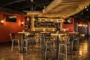 Setustofa eða bar á Ramada by Wyndham Austin South