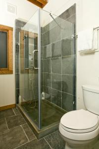 A bathroom at Fireside Resort