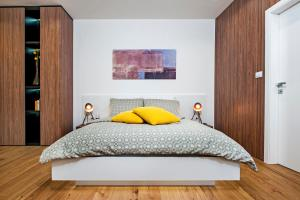 A bed or beds in a room at Apartments Vincero