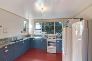 A kitchen or kitchenette at The Flaming Kiwi Backpackers