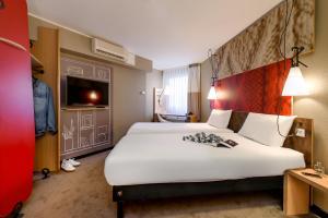 Cama ou camas em um quarto em ibis Frankfurt Centrum