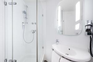 Um banheiro em ibis Frankfurt Centrum