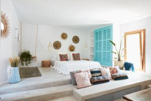 A bed or beds in a room at Can Tres Formentera