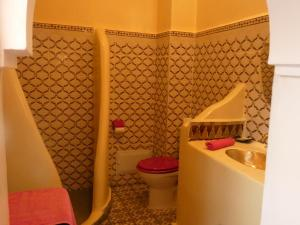 A bathroom at Riad Bab Lakhmiss