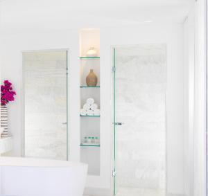 Ein Badezimmer in der Unterkunft Mykonos Grand Hotel & Resort
