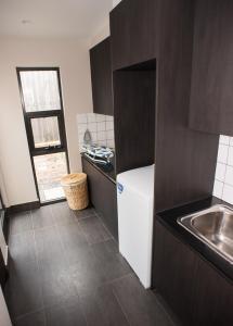 A kitchen or kitchenette at Jamila