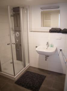 A bathroom at La Flamme Wertheim garni