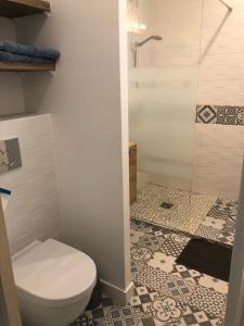 A bathroom at Chambre d'hôtes La Bourdonnaise