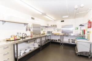 A kitchen or kitchenette at YHA London Central
