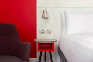 A seating area at ibis Styles Glasgow Central
