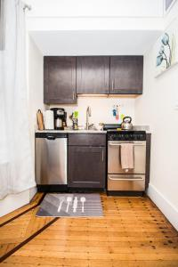 A kitchen or kitchenette at Renovated Boston studio close to public trans, parking avail, easy access to Copley, Downtown Boston, Fenway, Kenmore