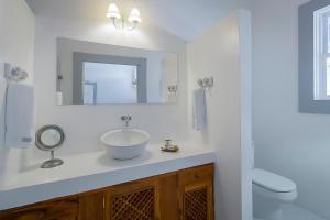 A bathroom at Pousada Casa de Paraty Cabore