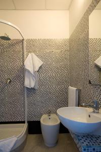 A bathroom at MF Hotel