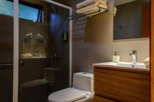 A bathroom at Olmue Natura Lodge & Spa