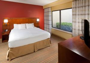 A bed or beds in a room at Courtyard by Marriott Orlando Airport
