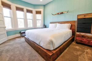 A bed or beds in a room at The Groveland Hotel