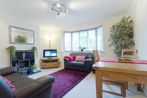 A seating area at Poplar House Serviced Apartments