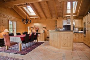 A kitchen or kitchenette at Chalet Heimat - GRIWA RENT AG