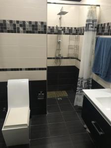 Um banheiro em Apartament on Samed Vurgun avenue