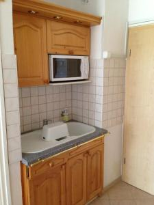 A kitchen or kitchenette at Kosztolányi Apartmanház