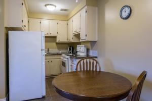 Кухня или мини-кухня в Economy Suites by HomePort