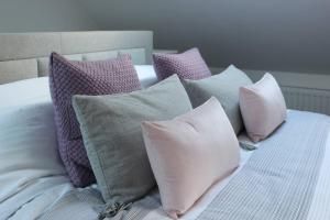 A bed or beds in a room at Wisteria way cottage