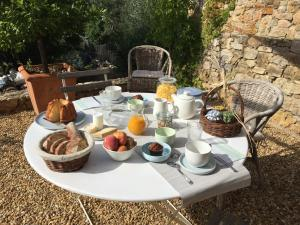 Breakfast options available to guests at Maset des Amandiers
