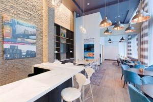 A restaurant or other place to eat at Hyatt Place Long Island City