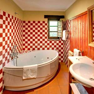 Un baño de La Montaña Mágica Hotel Rural