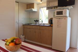 A kitchen or kitchenette at Camping Playa Arenillas