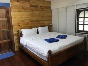 A bed or beds in a room at Hey beach hostel