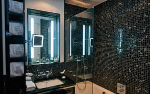 A bathroom at Boutique Hotel Villa am Ruhrufer Golf & Spa