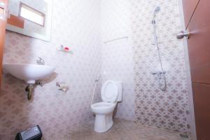 A bathroom at D'padang