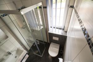 A bathroom at Café & Pension Am Brunnen