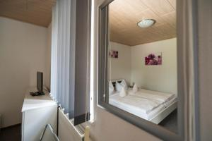 A bed or beds in a room at Café & Pension Am Brunnen