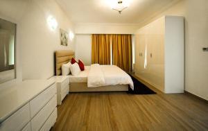 سرير أو أسرّة في غرفة في روز بيتش تاور