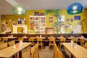 Ein Restaurant oder anderes Speiselokal in der Unterkunft MEININGER Hotel Berlin Mitte