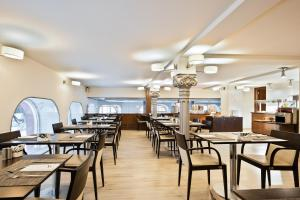 A restaurant or other place to eat at Abba Santander