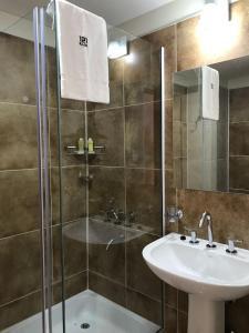Un baño de ILLIA 121 APART HOTEL