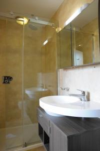 A bathroom at Kings Cross Inn Hotel