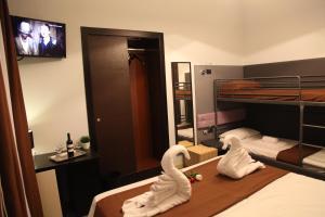 Letto o letti a castello in una camera di Dolce Vita Rooms & Breakfast