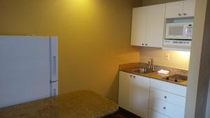 A kitchen or kitchenette at Extended Stay America Suites - Orlando - Maitland - Summit Tower Blvd