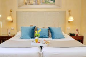 A bed or beds in a room at Hotel Camelia