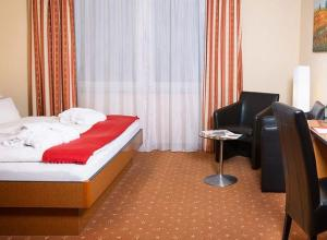 A bed or beds in a room at Parkhotel Nieheim