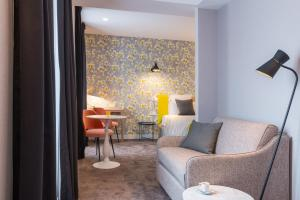 A seating area at Hotel Le Mareuil